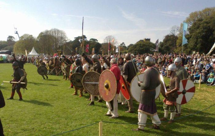 クロンターフの戦いから1000年を記念して2014年にダブリンの聖アンズ公園で開催されたイベントにてバイキングを演じる参加者の写真